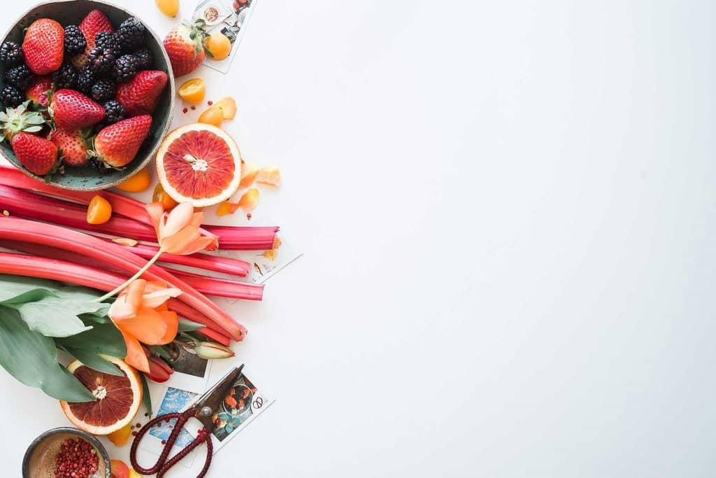 Lebensmittel mit einer Schere und Fotos auf einem Schreibtisch