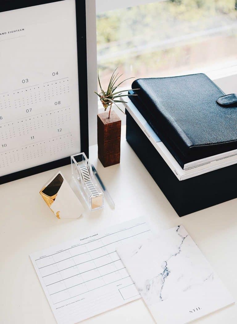 Schreibtisch mit Kalender und Büroutensilien